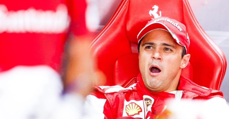05.out.2013 - Felipe Massa boceja antes dos treinos para o GP da Coreia do Sul