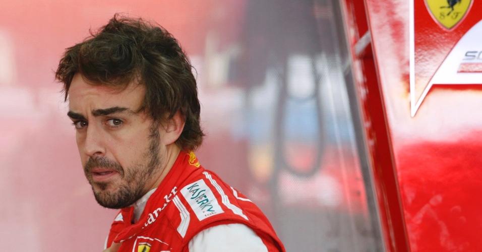 05.out.2013 - Fernando Alonso demonstra preocupação durante treinos para GP da Coreia do Sul