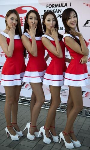 05.out.2013 - Grid girls acenam após treino de classificação para GP da Coreia
