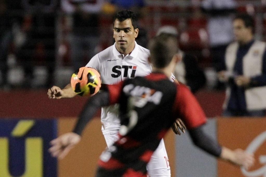 05.out.2013 - Maicon observa a bola durante jogo entre São Paulo e Vitória, no Morumbi