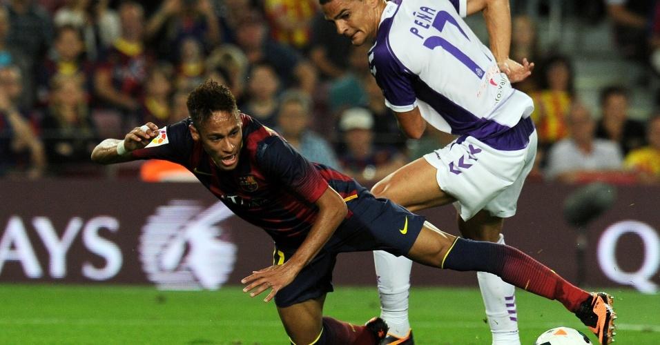 05.out.2013 - Neymar cai ao dividir a bola com Carlos Pena do Valladolild