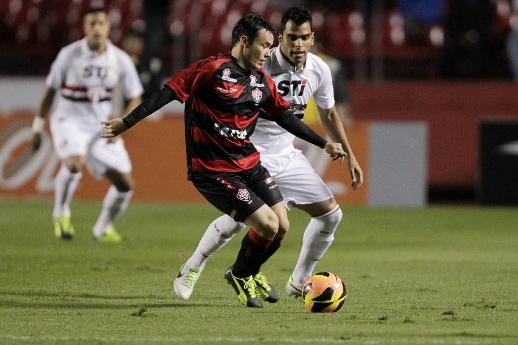 05.out.2013 - Renato Cajá, do Vitória, tenta se livrar da marcação de Maicon, do São Paulo, durante jogo no Morumbi