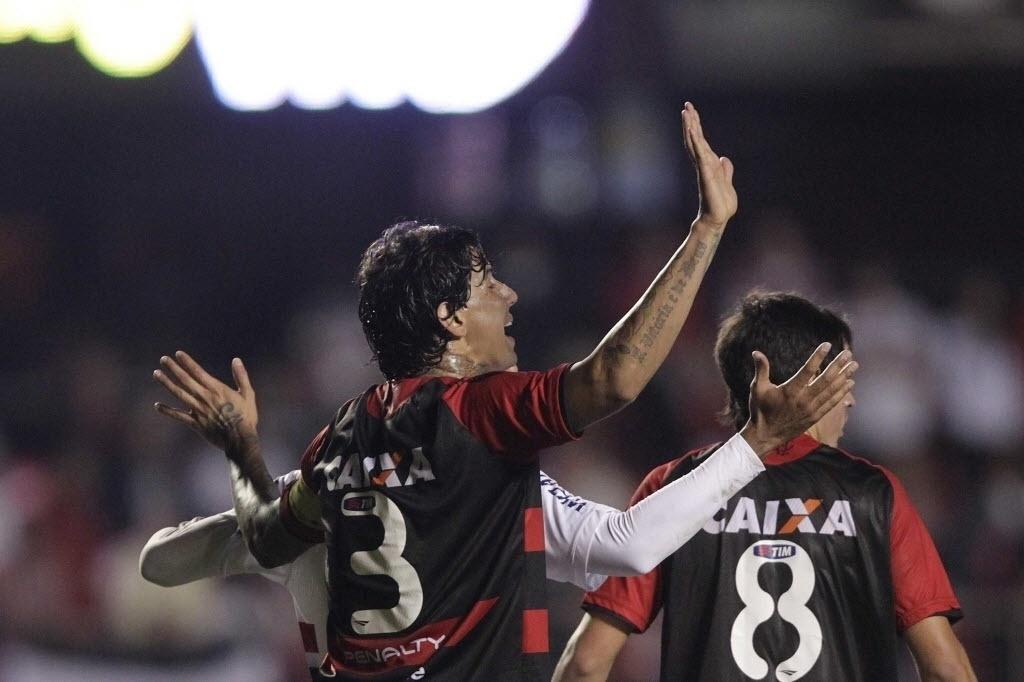 05.out.2013 - Zagueiro Victor Ramos gesticula durante jogo entre São Paulo e Vitória no Morumbi