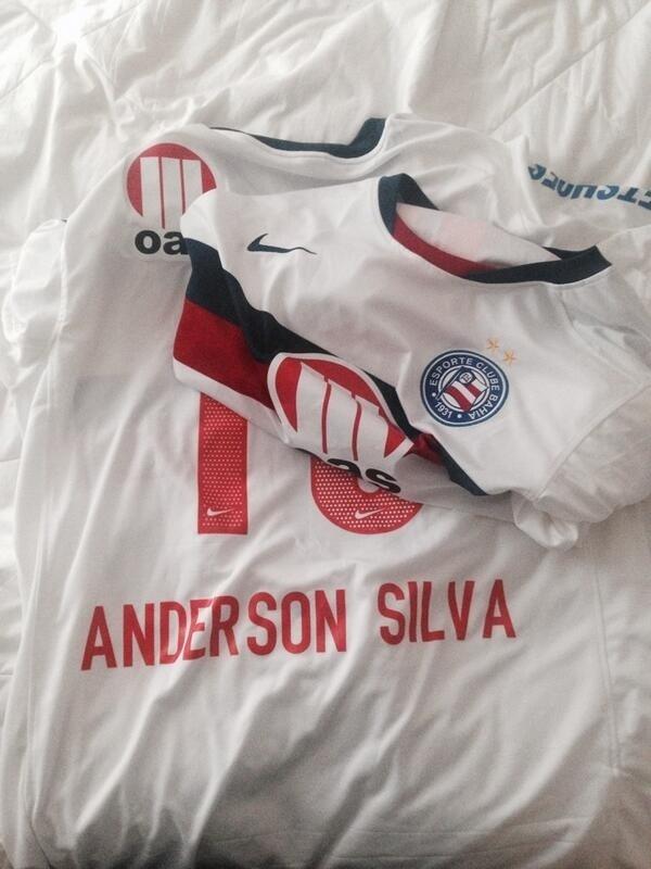5.out.2013 - Torcedor do Corinthians, Anderson Silva recebe camisa personalizada do Bahia