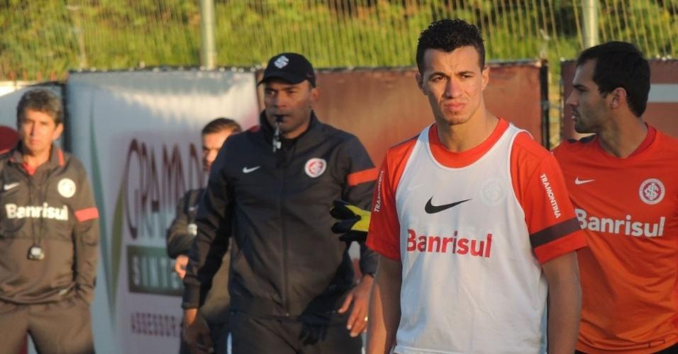 Damião aguarda cobrança de escanteio com Clemer ao fundo, em treino do Inter (05/10/2013)