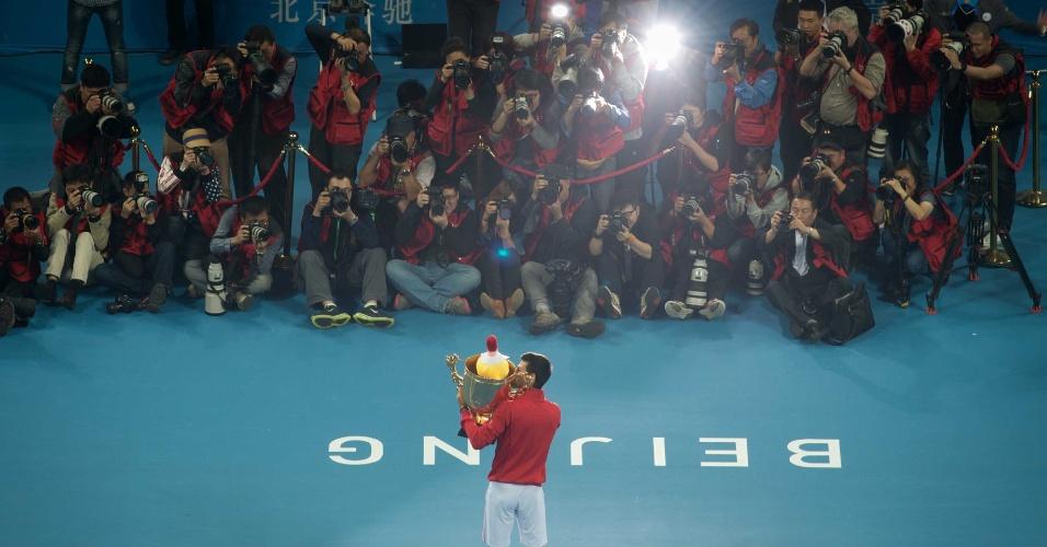 06.10.2013 - Djokovic exibe taça de campeão do ATP 500 de Pequim para os jornalistas
