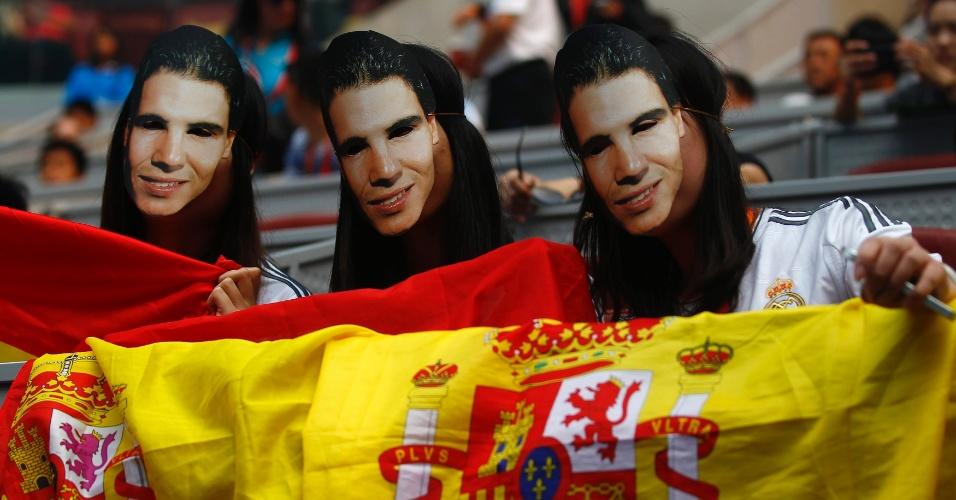 06.10.2013 - Torcedoras usam máscara de Nadal durante a final do ATP 500 de Pequim