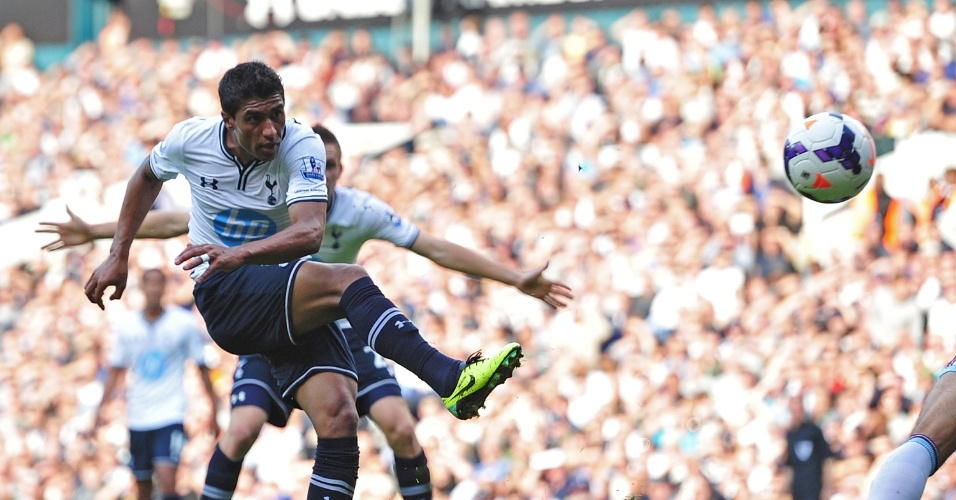 06.10.2013 - Paulinho chuta a bola na partida entre Tottenham e West Ham