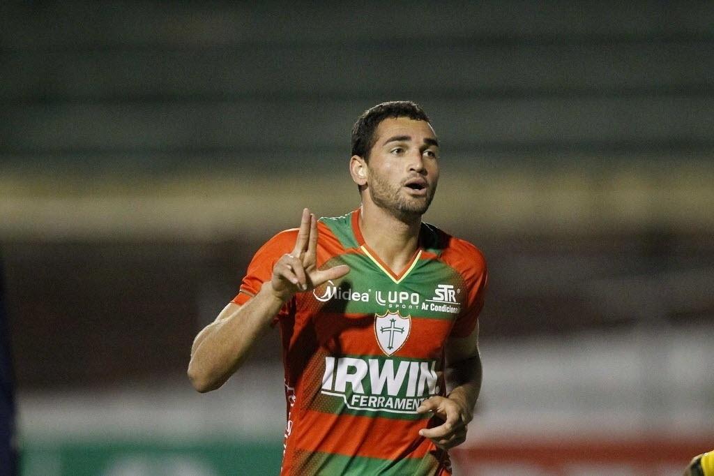 06.out.2013 - Gilberto comemora um de seus gols em jogo contra o Santos, no Canindé