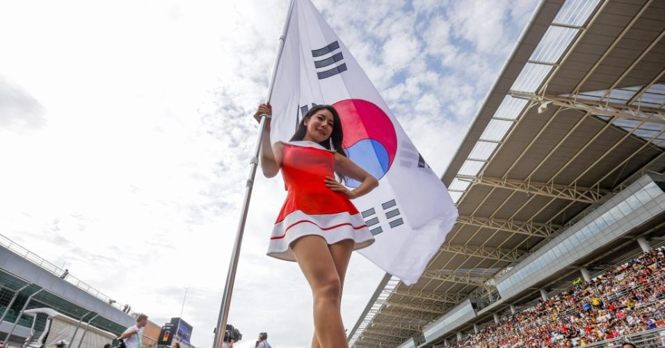 06.out.2013 - Grid Girl sul-coreana posa com a bandeira de seu país no GP de Fórmula 1