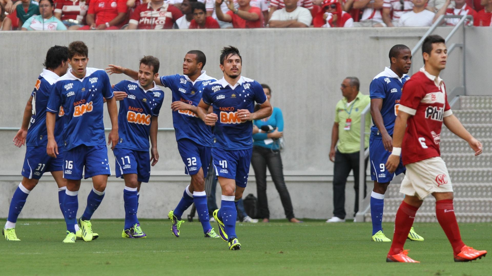 06.out.2013 - Jogadores do Cruzeiro comemoram gol anotado por Ricardo Goulart, em jogo contra o Náutico