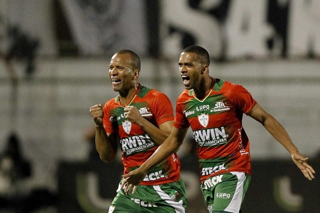 06.out.2013 - Luis Ricardo (dir.) e Valdomiro comemoram gol da Portuguesa contra o Santos no Canindé