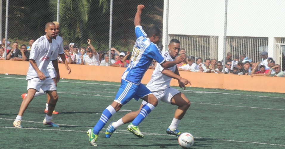 6.out.2013 - Vila Izabel, de Osasco, e  Inajar de Souza, do Jardim Cachoeirinha, empataram por 1 a 1 pela Copa Kaiser