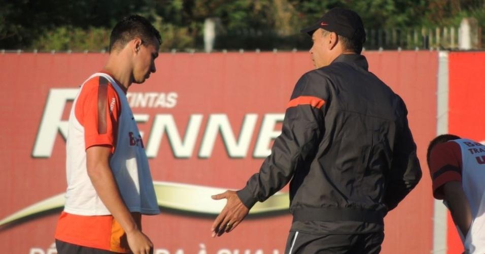 Damião escuta orientações de Clemer durante treino tático do Internacional (05/10/2013)