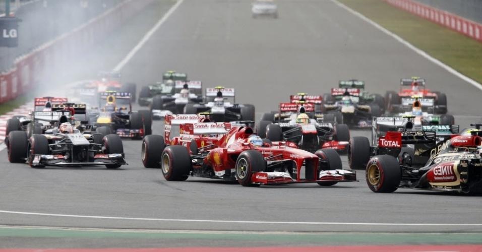 Fernando Alonso disputa posições após largada do GP da Coreia; espanhol não conseguiu ganhar vantagem na saída e viu Vettel disparar