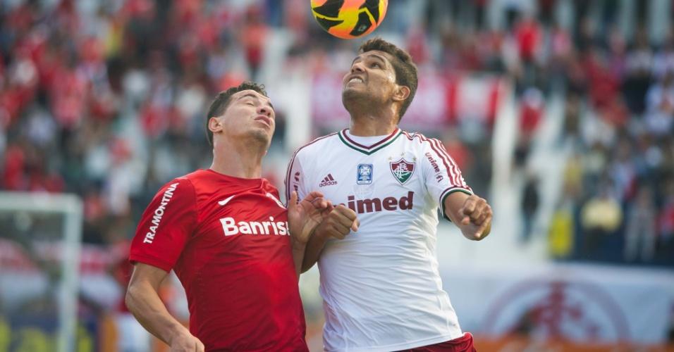 Leandro Damião disputa bola no alto durante jogo Internacional x Fluminense (06/10/2013)