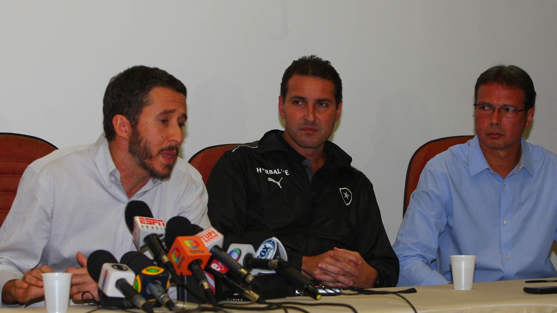Os médicos Fabrício Braga, da clínica São José, e Rodrigo Kaz, do Botafogo, concedem entrevista sobre o estado de saúde do técnico Oswaldo de Oliveira (06/10/2013)