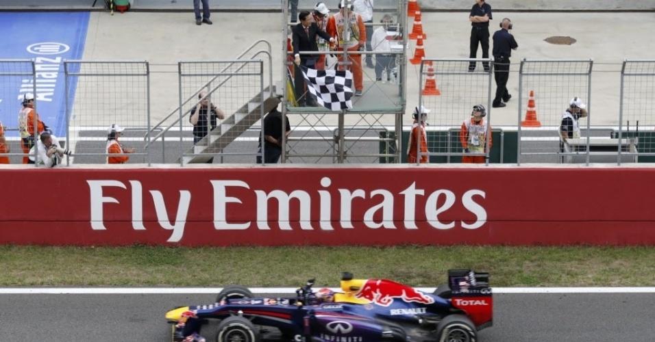 Sebastian Vettel recebe a bandeirada após dominar de ponta a ponta o GP da Coreia de F-1