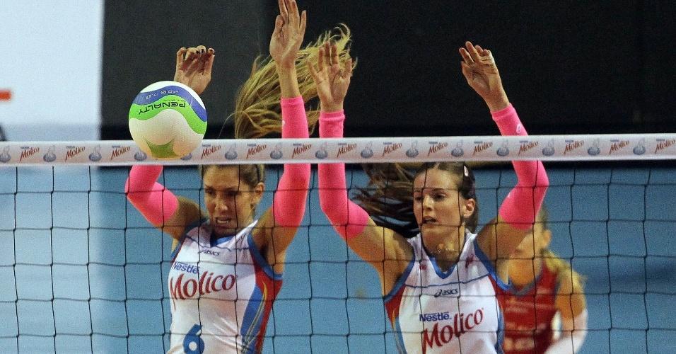 Thaísa e a sérvia Sanja Malagurski, do Molico/Osasco, sobem para o bloqueio durante partida contra o São Bernardo, pelo Paulista de vôlei