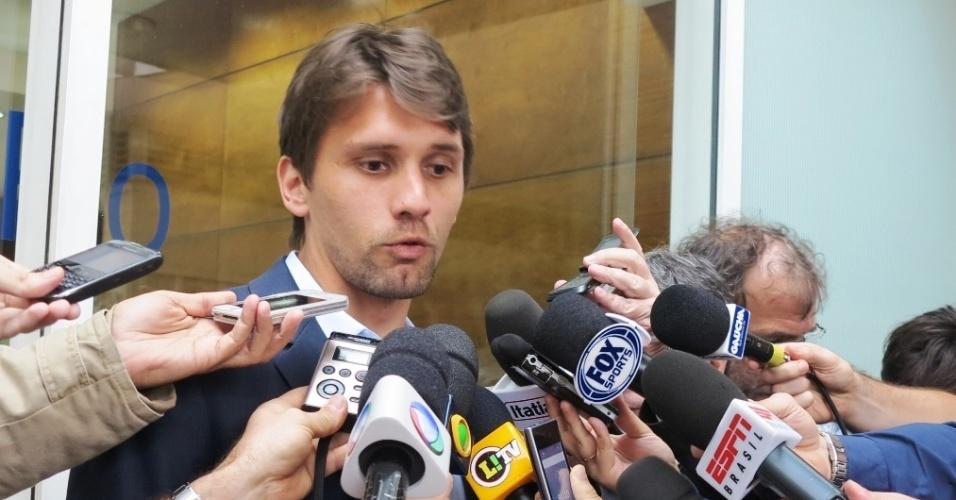 07.out.2013 - Zagueiro Paulo André conversou com a imprensa após reunião do Bom Senso F.C. com a CBF