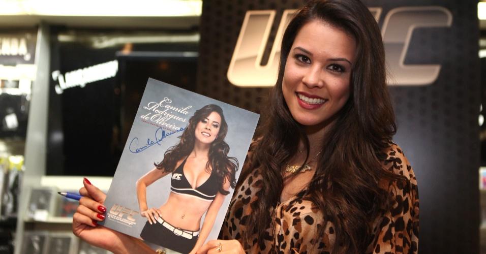 Ring girl Camila Oliveira participa de eventos com fãs do UFC Barueri