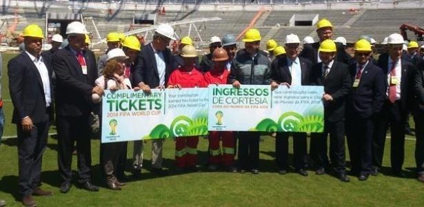 Jéromê Valcke entregou ingressos da Copa para os operários que ajudaram a reformar o estádio Beira-Rio