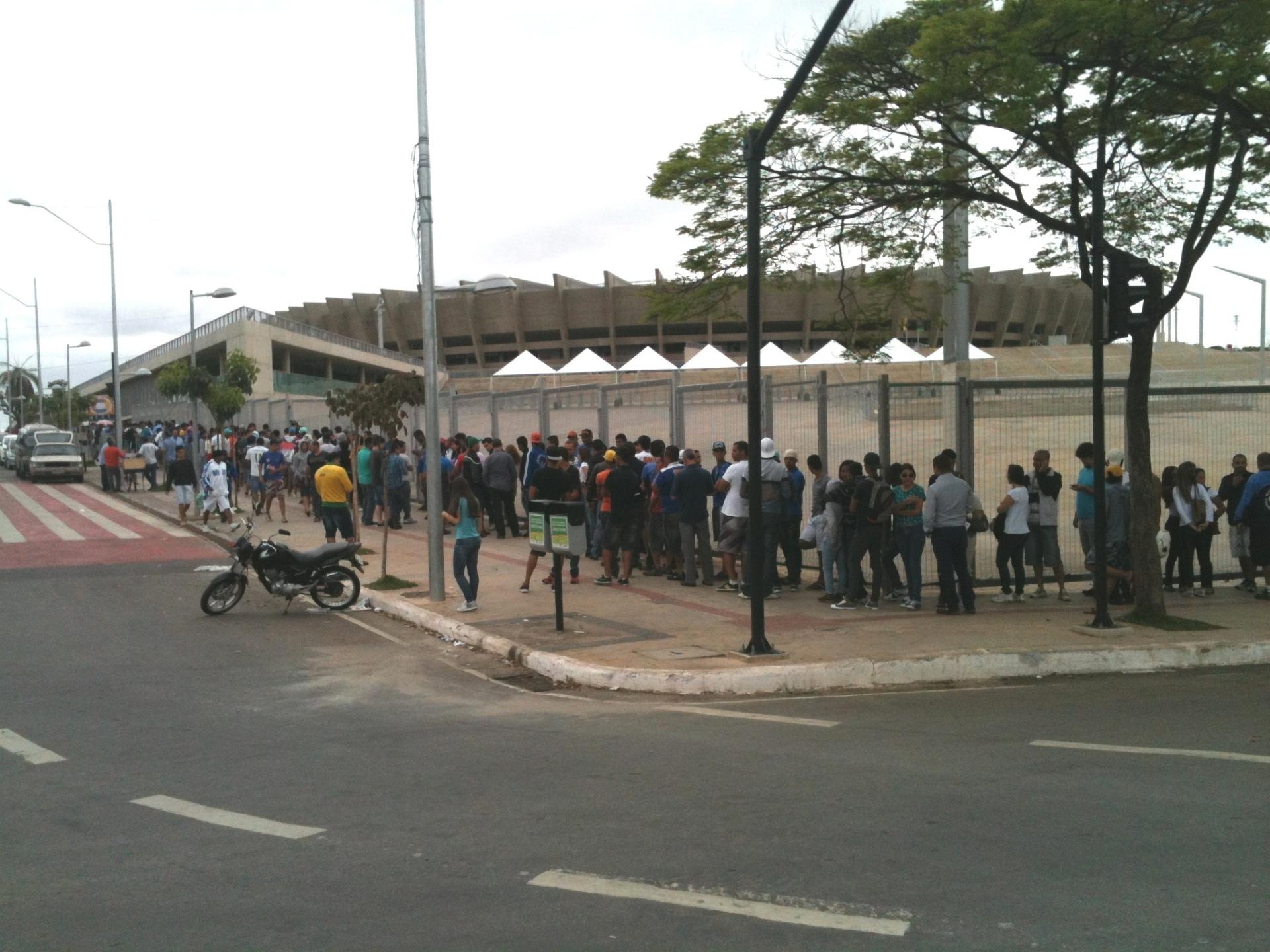 e9cf89a4a1 Cruzeirenses lotam postos de venda de ingressos para jogo com São Paulo -  07 10 2013 - UOL Esporte