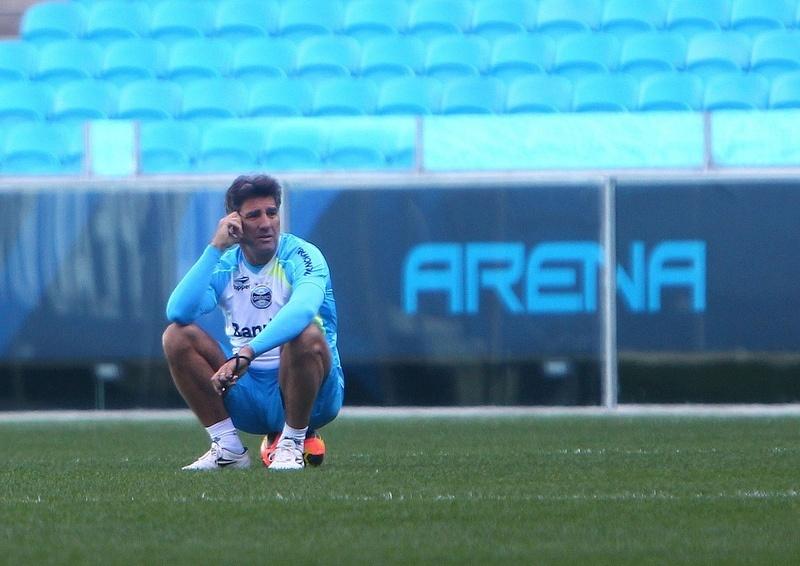 08.10.2013 - Pensativo, Renato Gaúcho observa treino do Grêmio na Arena