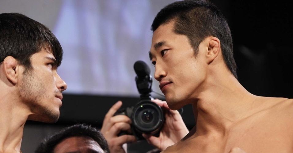 08.out.2013 - Erick Silva encara Dong Hyun Kim durante pesagem para o UFC Fight Night 29 de Barueri