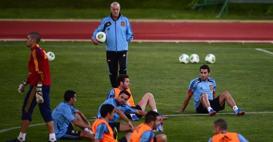 08.out.2013 - Vicente del Bosque comanda treino da seleção da Espanha; equipe enfrenta Belarus pelas eliminatórias da Copa-2014