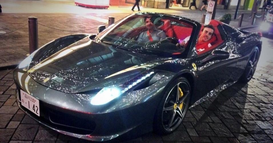 Fernando Alonso chega a evento no Japão com uma Ferrari conversível