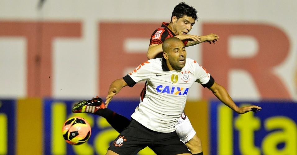 08.out.2013 - Emerson disputa bola com a defesa do Atlético-PR durante jogo pelo Brasileiro