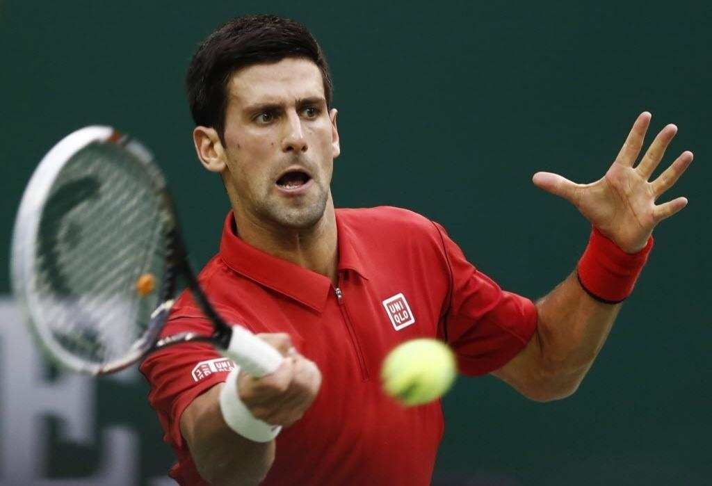 09.out.2013 -  Novak Djokovic rebate bola durante a vitória sobre Marcel Granollers em Xangai