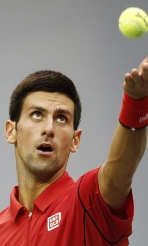 09.out.2013 - Novak Djokovic saca durante o triunfo sobre Marcel Granollers em Xangai