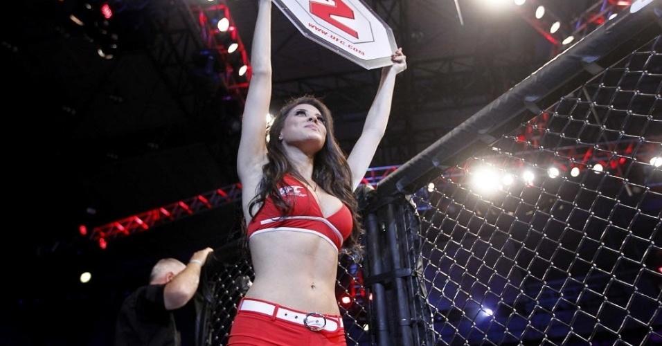 09.out.2013 - Bela Ring Girl passa com a placa anunciando o início do segundo round da luta entre Iliarde Santos e Chris Cariasso