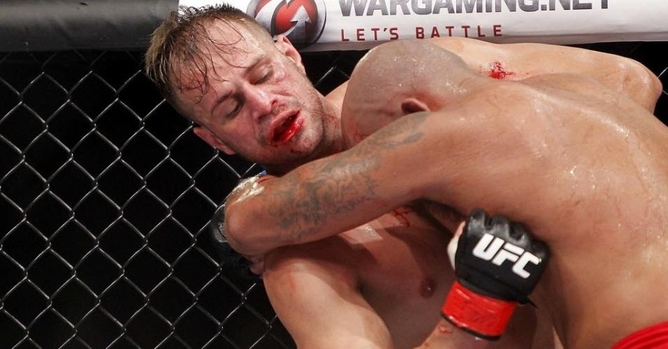 09.out.2013 - Fábio Maldonado tenta golpear Joey Beltran durante o UFC Barueri; brasileiro venceu por decisão dividida dos juízes