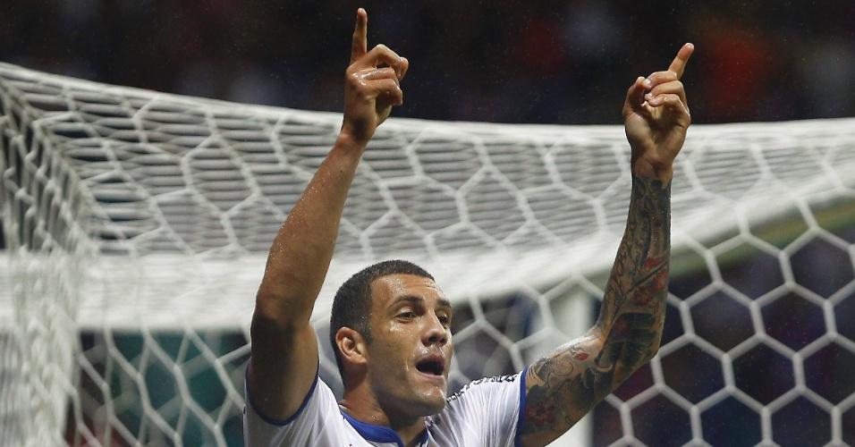 09.out.2013 - Fernandão, atacante do Bahia, comemora gol sobre o Vitória em jogo válido pelo Brasileirão