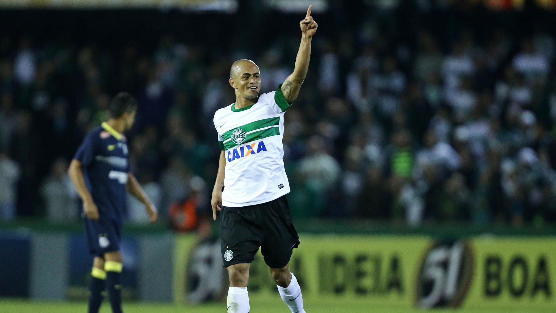 09.out.2013 - Julio Cesar, do Coritiba, comemora gol sobre o Santos em jogo válido pelo Brasileiro