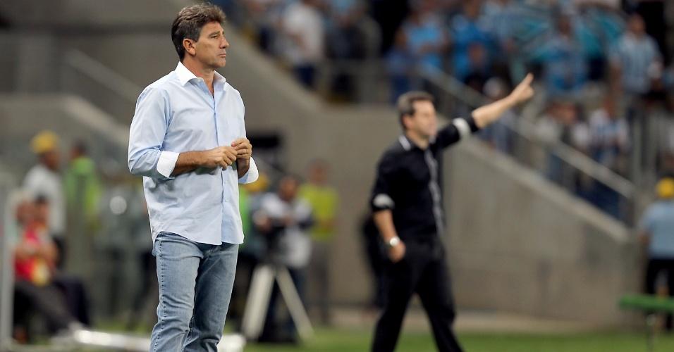 09.out.2013 - Técnico Renato Gaúcho, do Grêmio, observa partida contra o Criciúma pelo Brasileiro