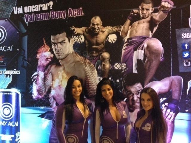 09.out.2013 - Belas garotas durante evento do UFC Fight Night 29, em Barueri, nesta quarta-feira