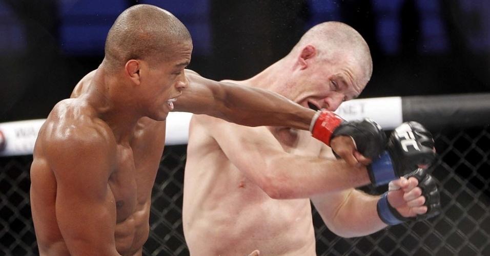 Brasileiro Allan Nugette (esq.) golpeia o rosto do americano Garett Whiteley durante a primeira luta do UFC Barueri