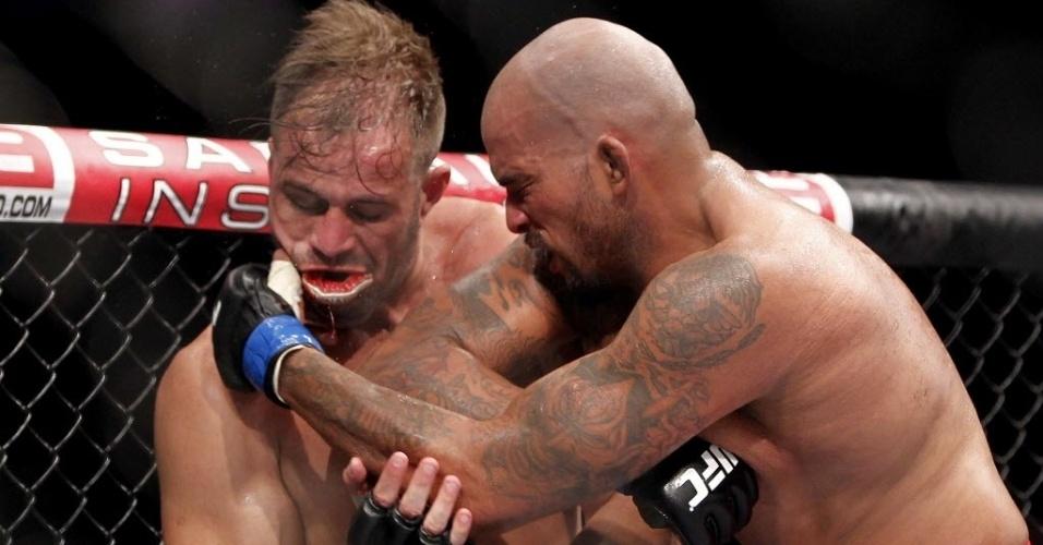 Fábio Maldonado (esq.) e Joey Beltran duelam no UFC Barueri; brasileiro venceu após decisão dividida dos juízes