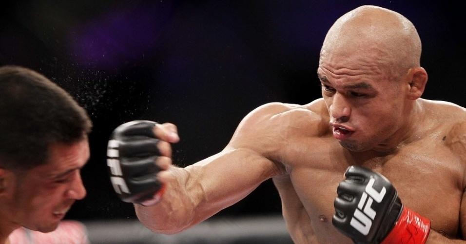 Iliarde Santos (dir.) acerta golpe de direita no rosto de Chris Cariasso durante luta do UFC Barueri