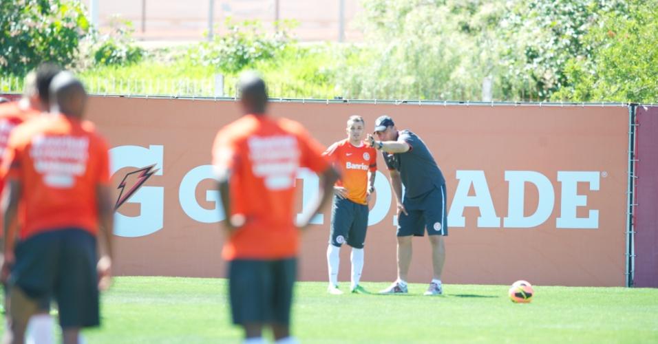 Meia D'Alessandro recebe as orientações do técnico interino do Inter, Clemer, durante treino no CT do Parque Gigante (09/10/2013)