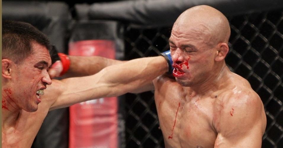 Sangrando (dir.), Iliarde Santos troca golpes com Chris Cariasso durante luta do UFC Barueri