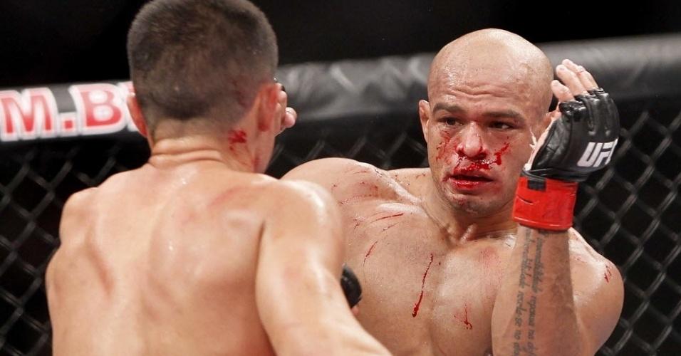 Sangrando, Iliarde Santos troca golpes com Chris Cariasso durante luta do UFC Barueri