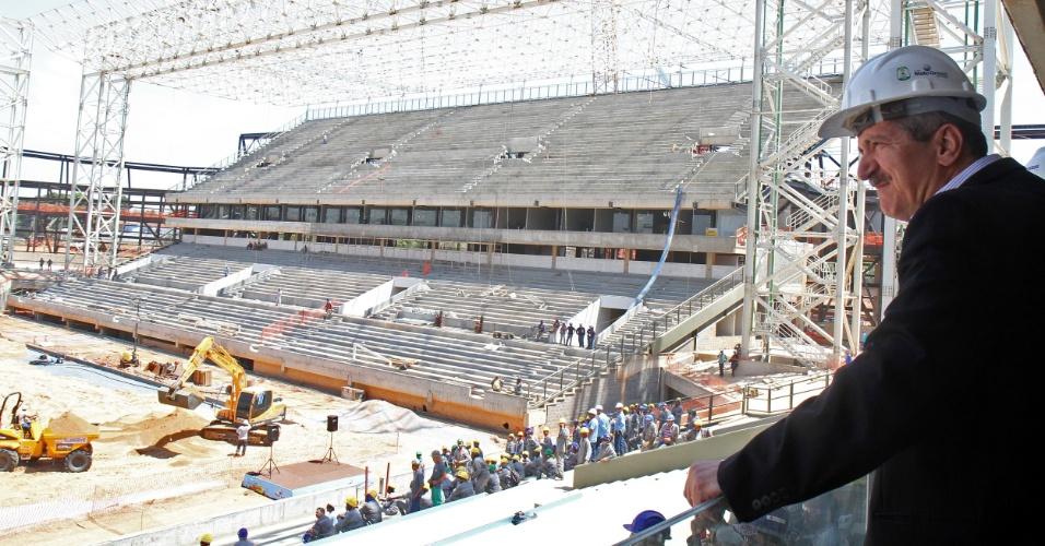 08.out.2013 - Ministro do Esporte, Aldo Rebelo, acompanha comitiva da Fifa em visita a estádio de Cuiabá
