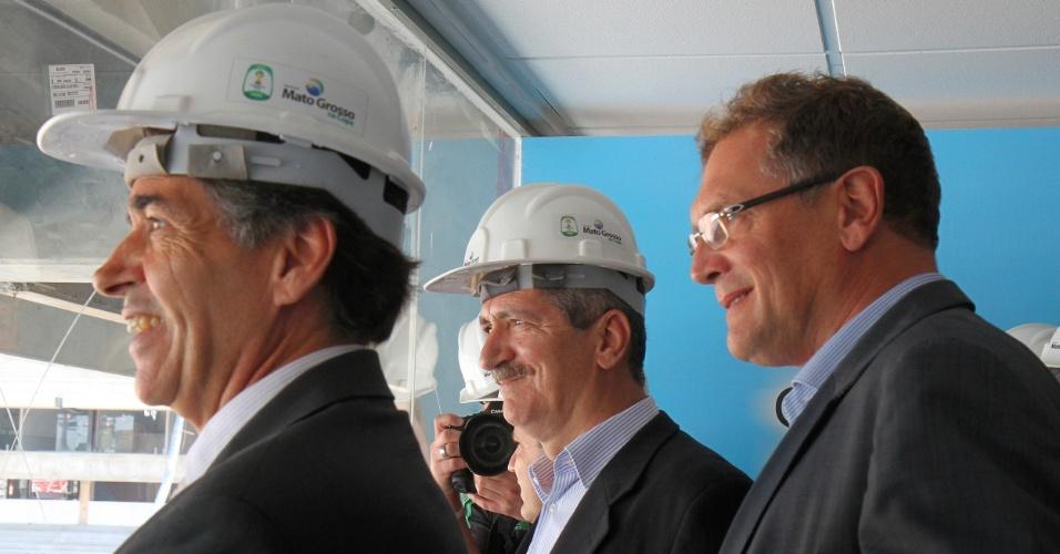 08.out.2013 - Secretário-geral da Fifa, Jeróme Valcke, e ministro dos Esportes, Aldo Rebelo, visitam Arena Pantanal