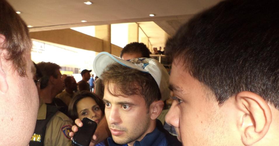 10 outubro 2013 - Everton Ribeiro, com boné de torcida organizada do Cruzeiro, vira alvo das atenções de jornalistas e torcedores