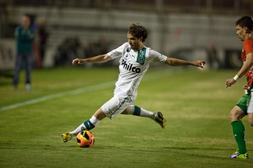 10.out.2013 - David, meia do Goiás, tenta armar a jogada na partida contra a Portuguesa, pelo Brasileirão